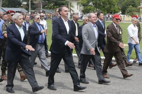 Bolsonaro despeja um golden shower em seus milhões de eleitores
